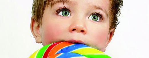 Niño comiendo golosinas