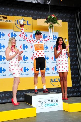 Juanjo Lobato, del Euskaltel-Euskadi, en la recogida de trofeos