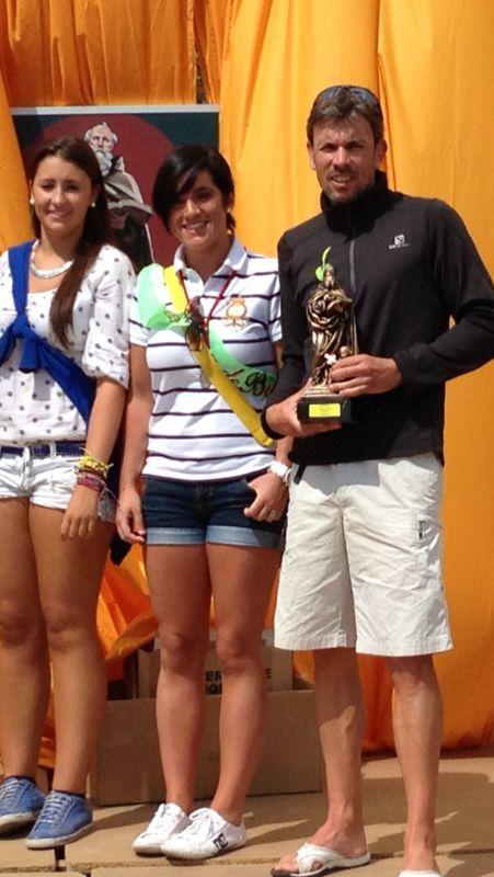 Raúl Delgado, triatleta del noVadiet, recibe el premio