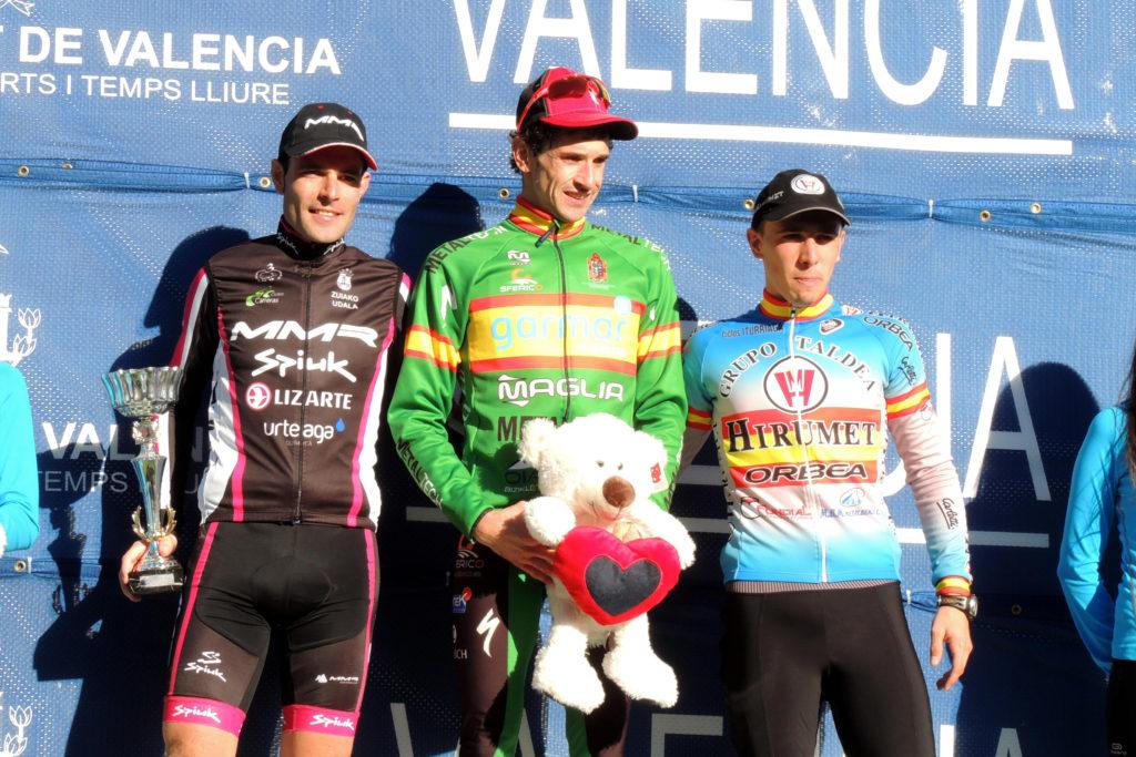 Aitor, el ciclista patrocinado por noVadiet, en el podio de Valencia
