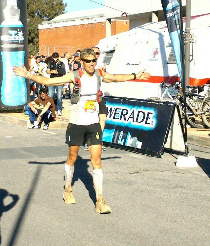 Raúl Delgado, el triatleta del noVadiet, entra en meta ganador