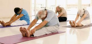 Personas mayores haciendo gimnasia